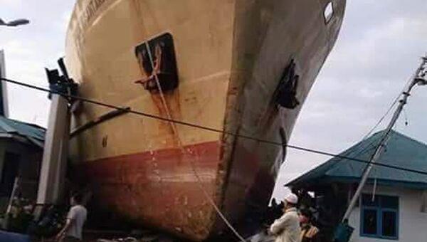 Корабль, снесенный на берег во время цунами в городе Палу, остров Сулавеси, Индонезия. 29 сентября 2018 года