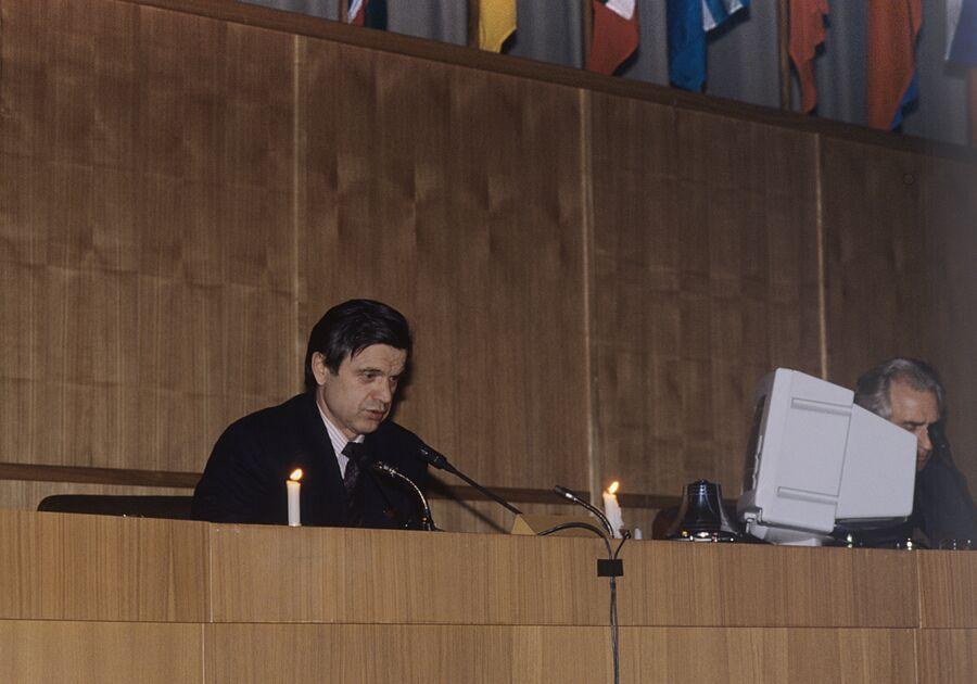 Председатель Верховного Совета РФ Руслан Хасбулатов ведет заседание съезда при свечах в Доме Советов