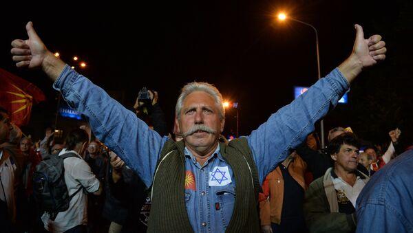 Участник митинга оппозиции в центре города Скопье в день референдума о переименовании бывшей югославской Республики Македония в Республику Северная Македония. 30 сентября 2018