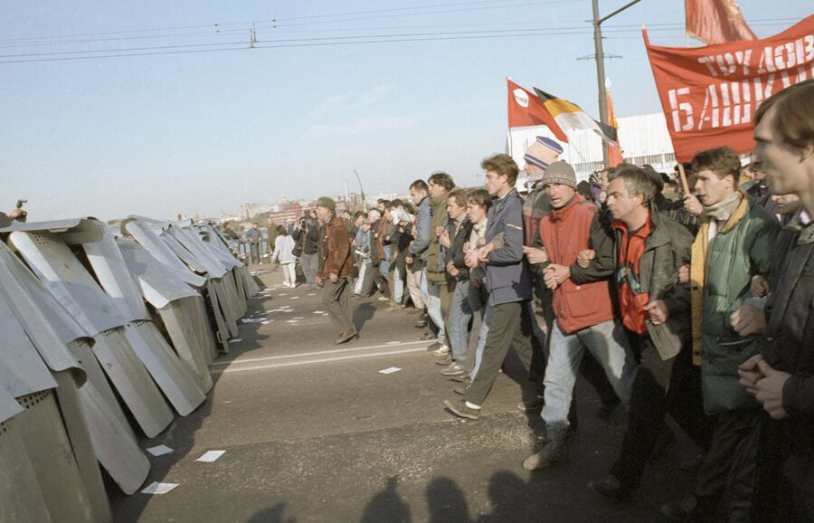 Участники митинга на Октябрьской площади, прорвавшие оцепление ОМОНа у Крымского моста двигаются к Смоленской площади в октябре 1993 г.