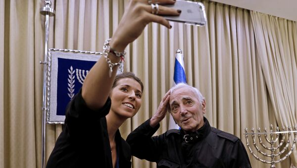 Шарль Азнавур делает селфи с поклонницей в Иерусалиме