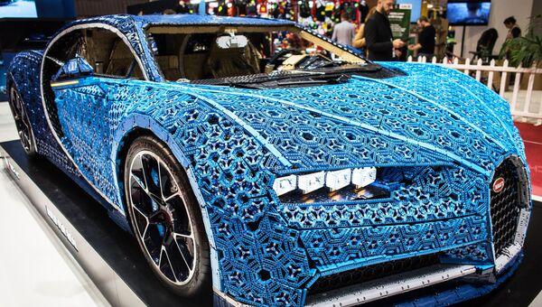 Автомобиль Bugatti Chiron, построенный из блоков LEGO Technic, на Парижском  автосалоне. 2 октября 35847464476