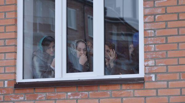 Жильцы в ожидании церемонии получения ключей от новых квартир в рамках программы переселение граждан из аварийного жилищного фонда в Грозном