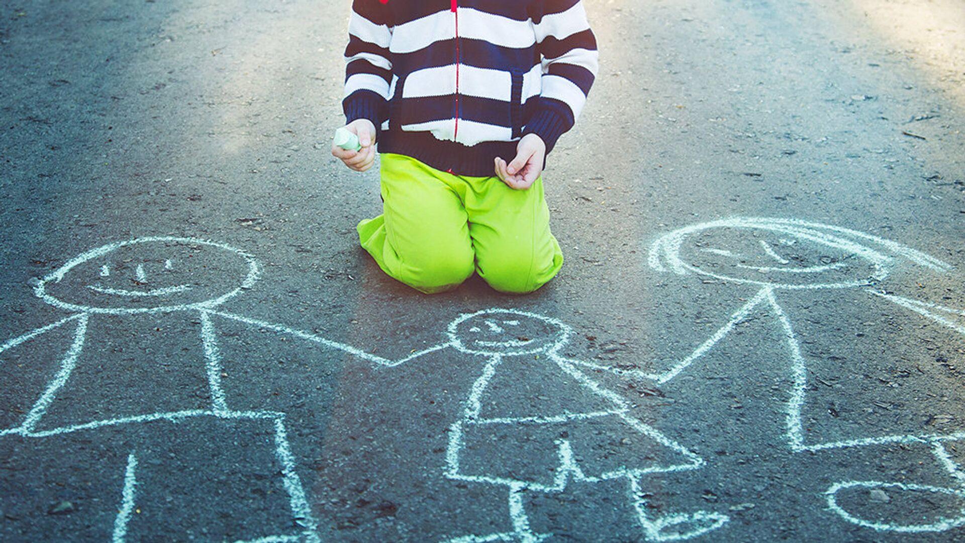 Ребенок рисует на асфальте мелом - РИА Новости, 1920, 17.03.2019