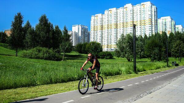 Велосипедист в ландшафтном парке Митино после комплексного благоустройства