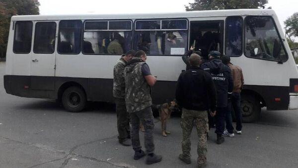 Эвакуация людей после взрыва на военном складе в Черниговской области Украины. 9 октября 2018