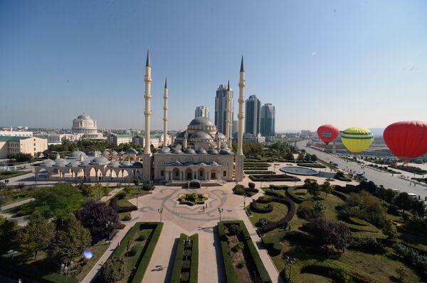 Центральная мечеть и центр города во время празднования 198-летия города Грозного