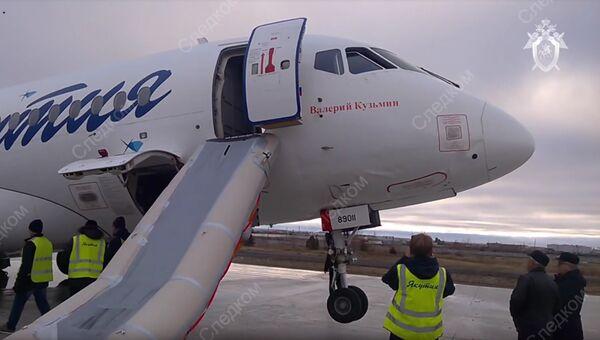 Самолет Sukhoi Superjet 100 авиакомпании Якутия в аэропорту Якутска. 10 октября 2018