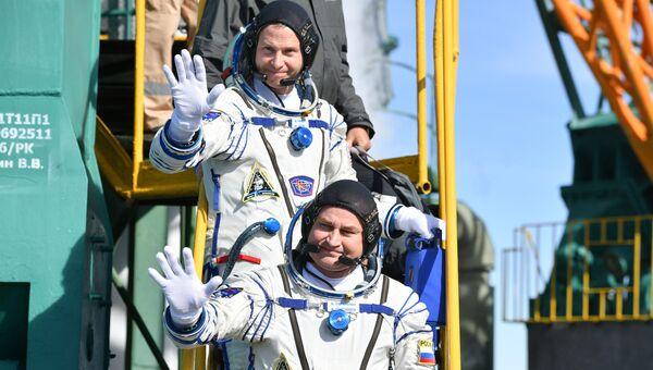 Астронавт NASA Ник Хейг и космонавт Роскосмоса Алексей Овчинин перед стартом ракеты-носителя Союз-ФГ с пилотируемым кораблем Союз МС-10 на космодроме Байконур