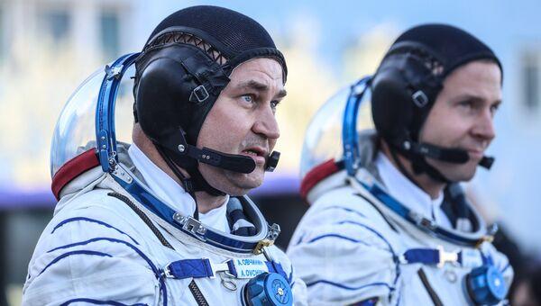 Космонавт Роскосмоса Алексей Овчинин и астронавт NASA Ник Хейг перед стартом ракеты-носителя Союз-ФГ с пилотируемым кораблем Союз МС-10 на космодроме Байконур. 11 октября 2018