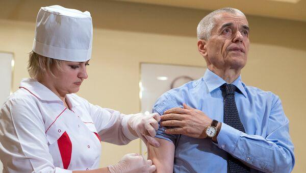 Геннадий Онищенко делает прививку против гриппа