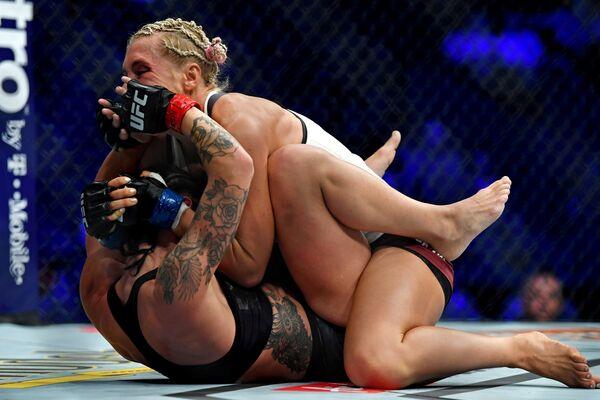 Бой UFC 229 между Линой Ленсберг (Швеция) и Яной Куницкой (Россия) на Ти-Мобайл-арене в США