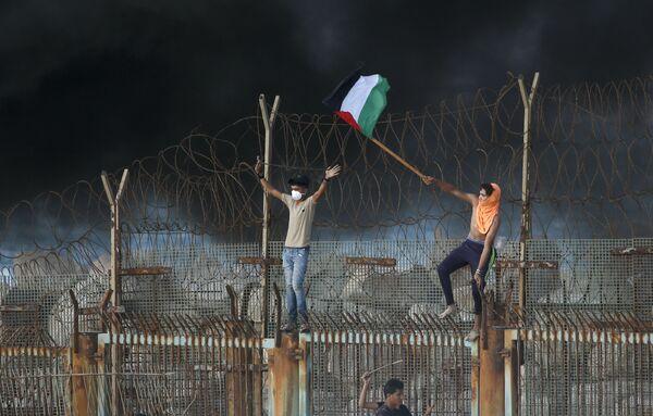 Палестинские протестующие на пляже возле границы с Израилем