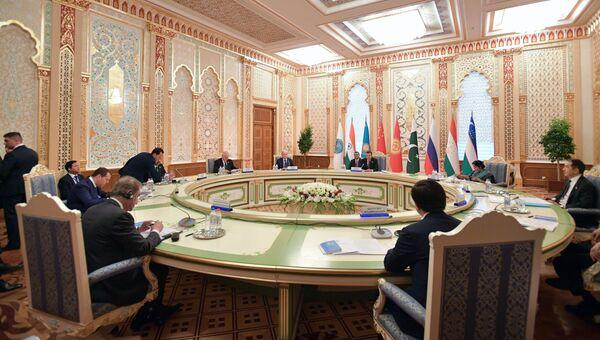 Председатель правительства РФ Дмитрий Медведев на заседании Совета глав правительств государств-членов ШОС в Душанбе. 12 октября 2018
