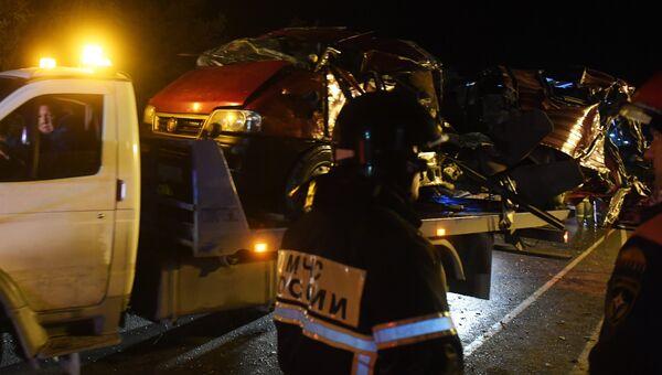 Сотрудники МЧС на месте столкновения автобуса с фурой в Чувашии