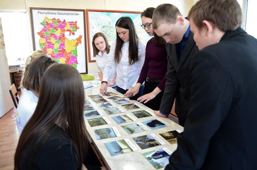 Школьники во время игры «О родном крае»