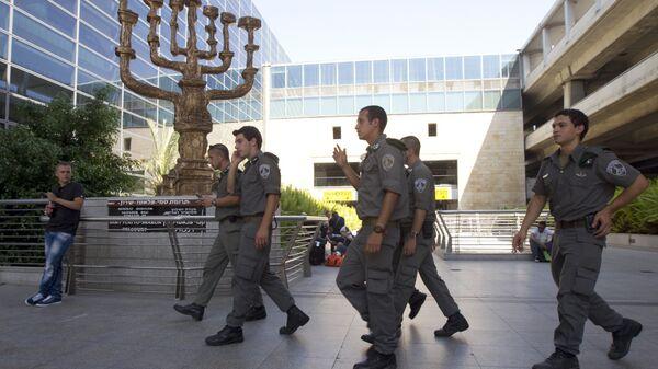 Полиция и пограничные службы Израиля в аэропорту Бен-Гурион в Тель-Авиве