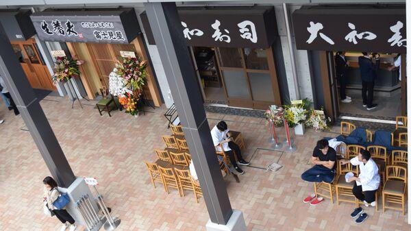 Повара отдыхают после зактрытия ресторана на новом рыбном рынке в Токио
