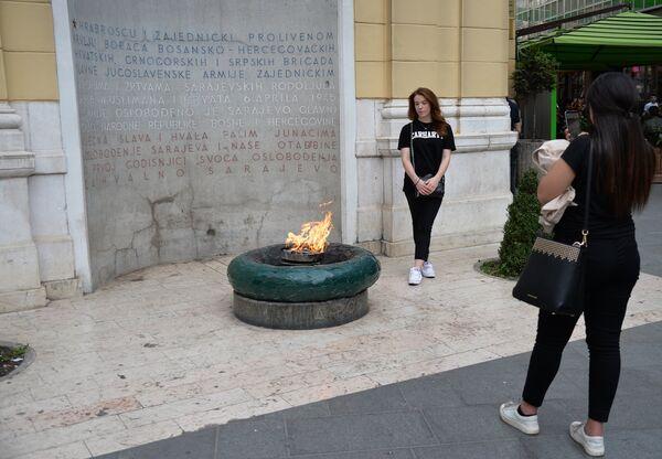 Девушки у Вечного огня - памятника военным и гражданским лицам, погибшим в Сараево во время Второй мировой войны