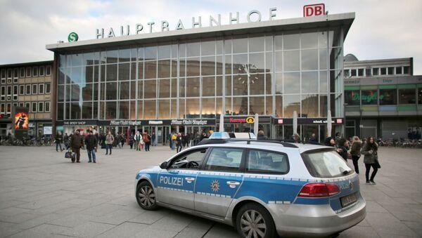 Полицейский автомобиль у здания центрального вокзала в Кельне