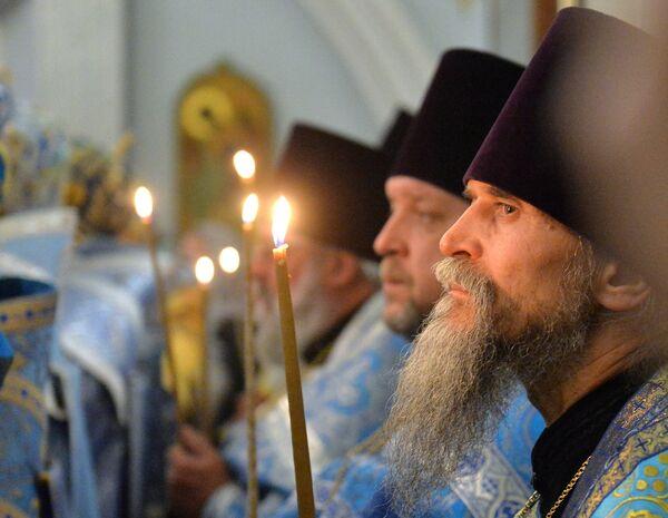 Священнослужители во время богослужения в Свято-Духовом кафедральном соборе в Минске