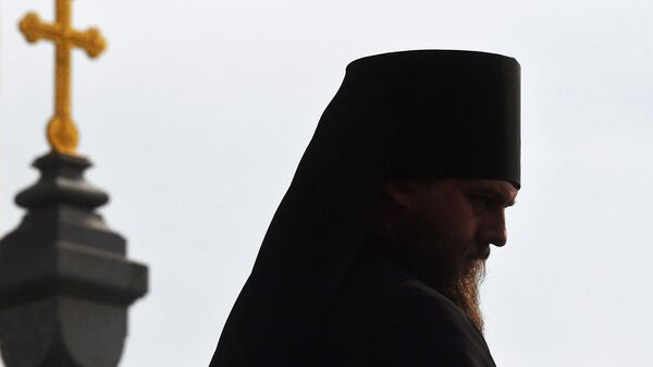 Священнослужитель у храма Христа Спасителя в Москве. Архивное фото