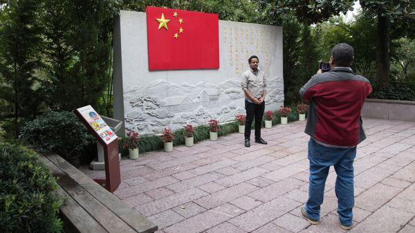 Туристы в музее Конституции в городе Ханчжоу в КНР