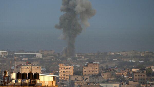 Столб дыма после израильского авиаудар в южной части сектора Газа. Архивное фото