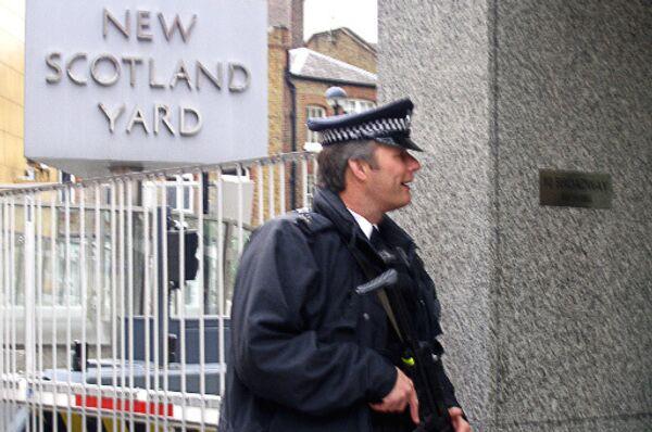 У здания Скотланд-Ярда (Лондонской полиции).