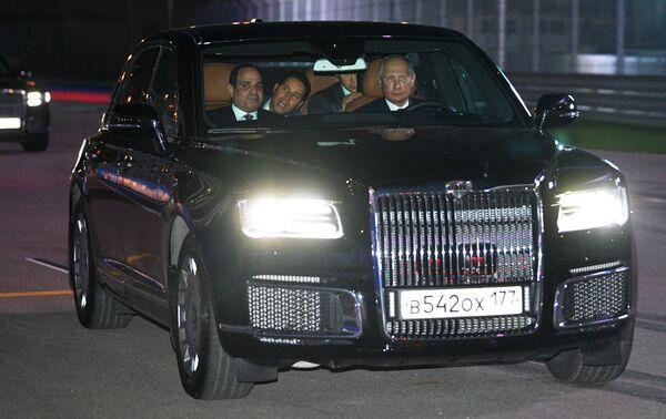 Президент РФ Владимир Путин и президент Арабской Республики Египет Абдель Фаттах ас-Сиси в автомобиле Aurus кортежа президента РФ на трассе Сочи Автодрома. 17 октября 2018