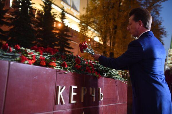 Председатель комитета Госдумы России по экологии и охране окружающей среды Владимир Бурматов возлагает цветы на памятник городу-герою Керчи в Александровском саду в Москве в знак траура по погибшим при взрыве в колледже в Керчи