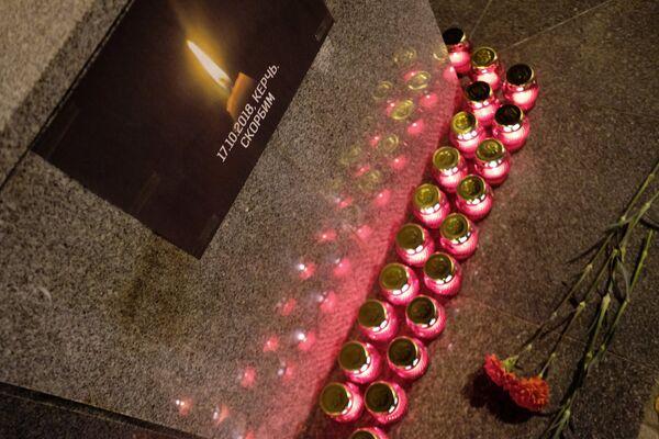 Лампадки и цветы у импровизированного мемориала в Краснодаре в память о погибших при нападении на керченский колледж