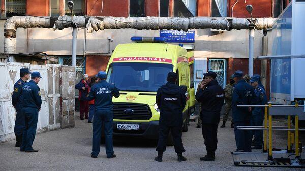 Автомобиль скорой помощи на улице в Керчи, где в Керченском политехническом колледже произошли взрыв и стрельба