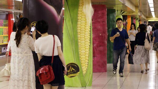 Пешеходы в подземном переходе станции метро в Токио