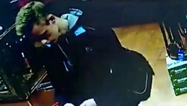 Влад Росляков покупает патроны в оружейном магазине