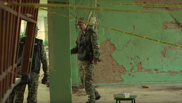 Сотрудник СК РФ на месте происшествия в Керченском политехническом колледже