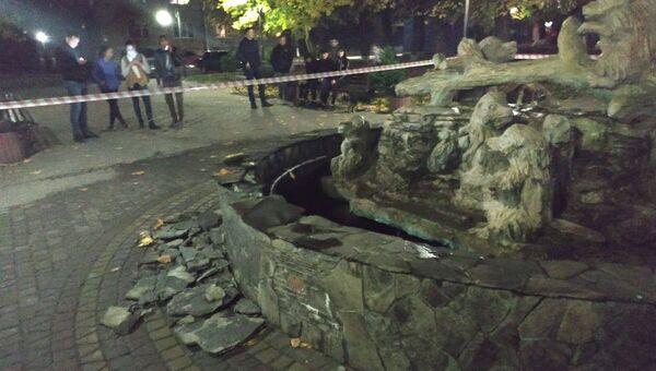 Поврежденный фонтан в результате взрыва гранаты РГД-5 в городе Бобрка Львовской области