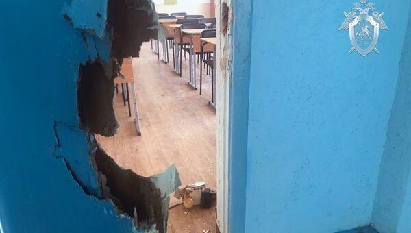 Поврежденная дверь на месте происшествия в керченском колледже