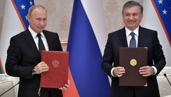 Президент РФ Владимир Путин и президент Узбекистана Шавкат Мирзиеев на церемонии подписания совместных документов