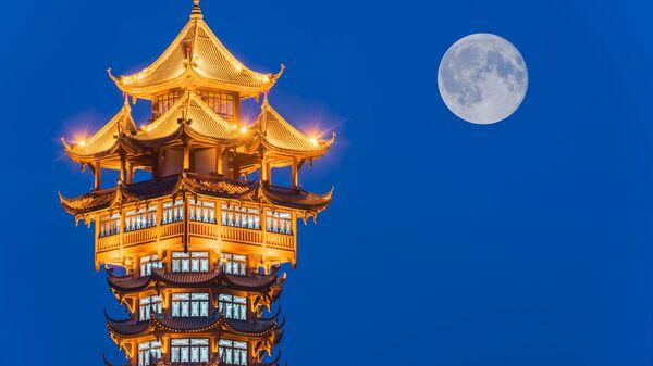 Традиционная китайская башня на фоне Луны, Чэнду, Китай