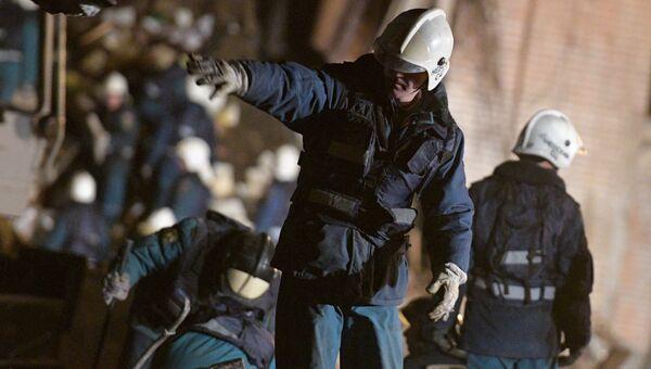 ожарно-спасательные подразделения МЧС РФ на заводе пиротехники Авангард в Гатчине Ленинградской области, где произошел взрыв. 19 октября 2018