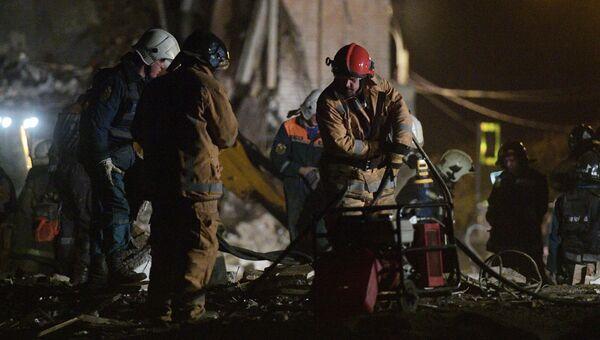 Разбор завалов и поисково-спасательные мероприятия пожарно-спасательными подразделениями МЧС РФ на заводе пиротехники Авангард в Гатчине Ленинградской области, где произошел взрыв. 19 октября 208