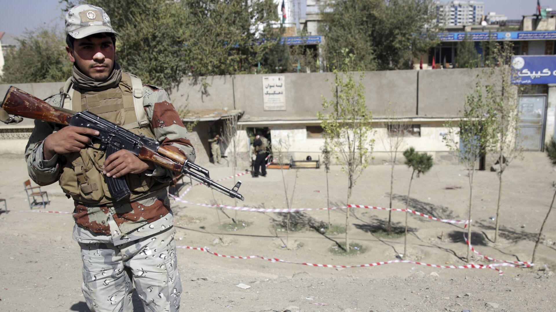Полицейский возле избирательного участка в Кабуле, где прогремел взрыв. 20 октября 2018 - РИА Новости, 1920, 18.03.2021