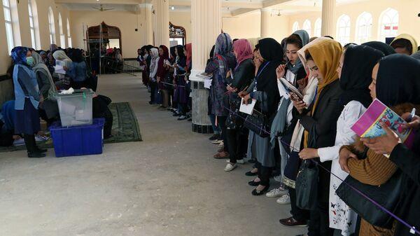 Женщины во время голосования на одном из избирательных участков Кабула. 20 октября 2018