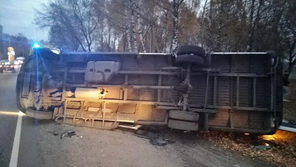 Микроавтобус, пострадавший в результате дорожно транспортного происшествия в Подмосковье. Архивное фото
