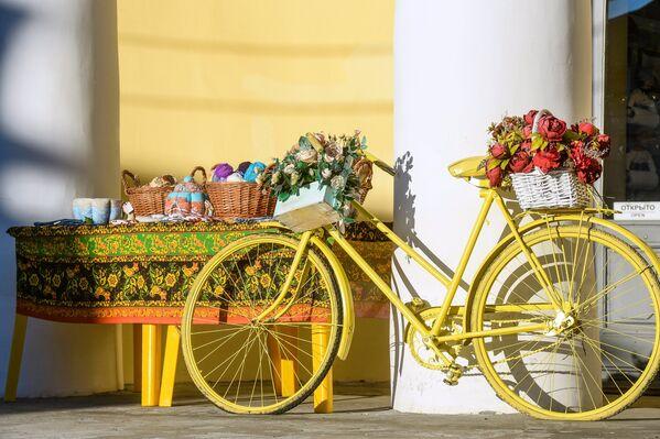 Цветочная композиция на улице в Костроме.