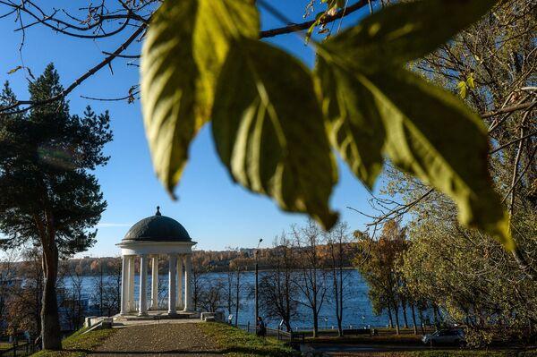 Беседка Островского на берегу Волги в Костроме