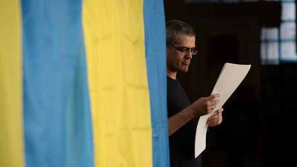 Избиратель во время голосования на выборах президента Украины