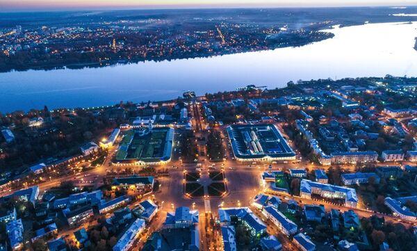 Река Волга в Костроме. В центре - Сусанинская площадь