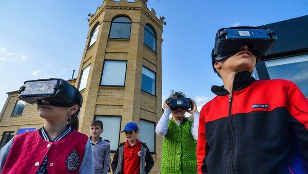 Дети в VR очках на занятиях в центре просвещения Luminary